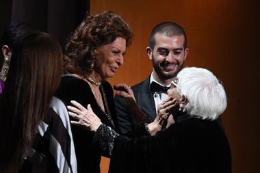 Sophia Loren junto a Lina Wermuller en el escenario de los Oscar honorario