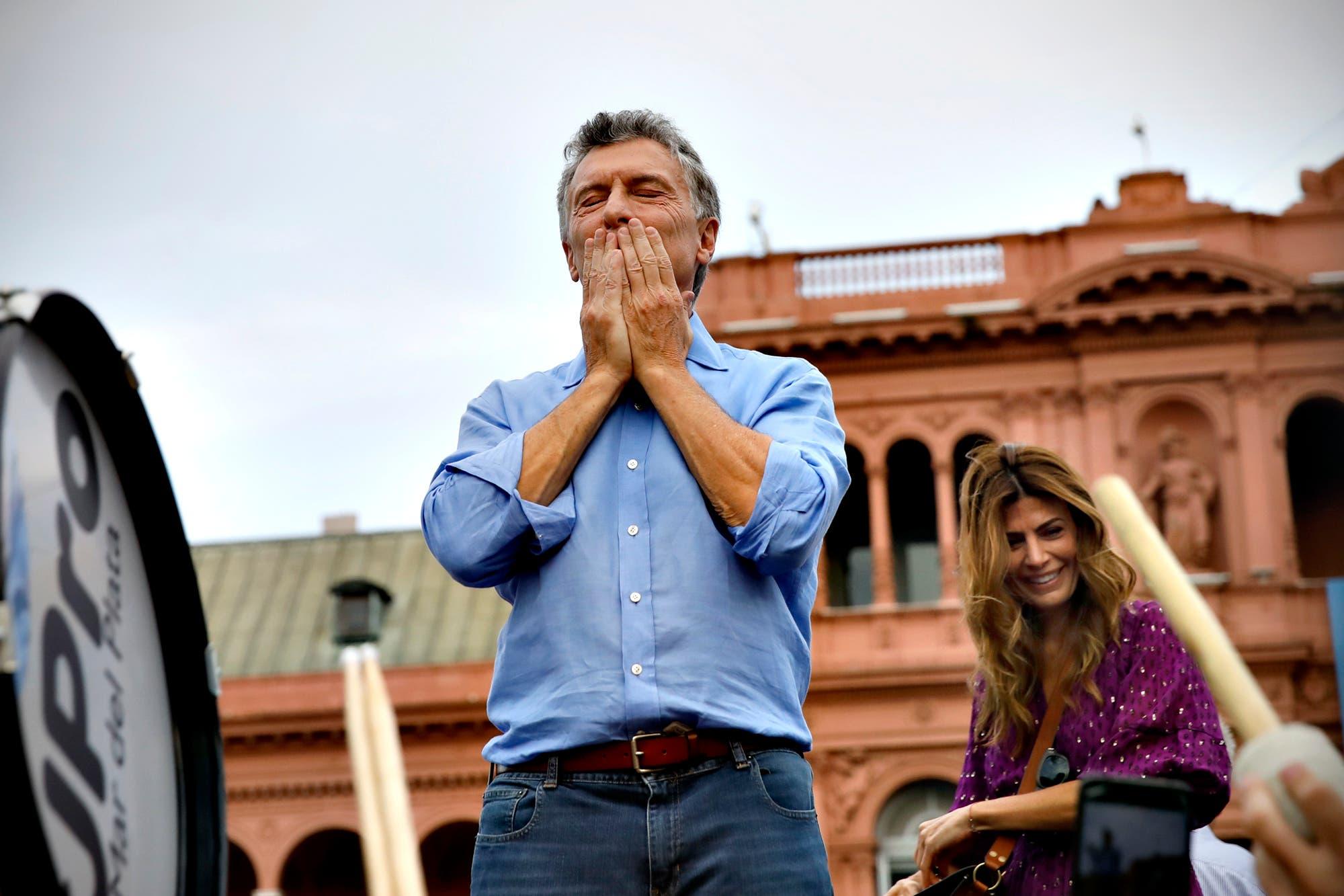 """Mauricio Macri se despidió ante miles de personas en Plaza de Mayo: """"Vamos a defender las cosas que hemos logrado"""""""