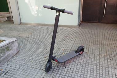 El scooter KickScooter ES1 de Segway Ninebot cuenta con una luz frontal en la barra de dirección junto a un sistema LED en la parte inferior