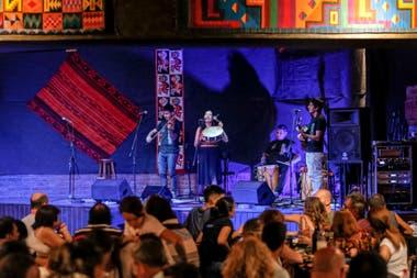 Mucha gente en la peña La Salamanca