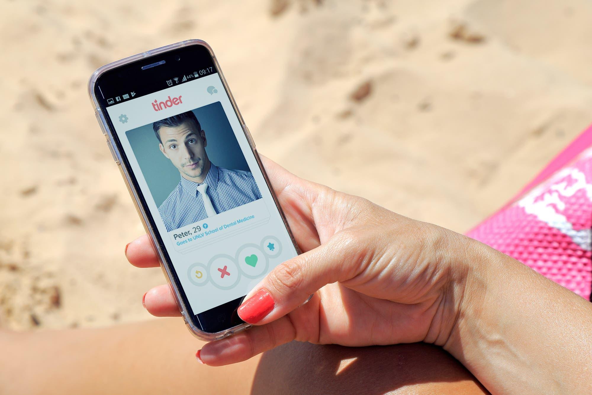 Navegar en Tinder y mirar Netflix, las dos actividades más populares de los argentinos en 2019