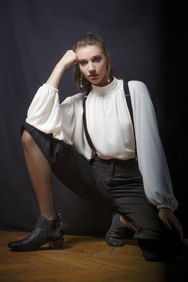 Camisa blanca de crepe con cuello alto (Prüne), pantalón bermuda de gabardina (Mishka), botas de cuero negro y taco de madera (Blaquè)