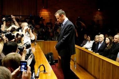 Oscar Pistorius, el velocista sudafricano olímpico de las piernas ortopédicas, fue condenado a 13 años y 5 meses por haber matado a su novia en un hecho confuso.