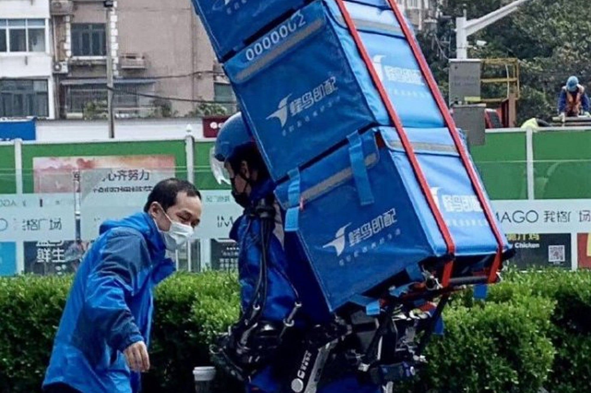 China prueba el uso de exoesqueletos para triplicar la capacidad de carga de los repartidores de comidas y pedidos