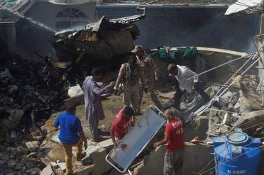 Bomberos y rescatistas trabajan en la zona del accidente