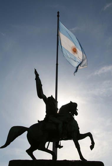 Ubicado en Plaza de Mayo, el monumento ecuestre a Manuel Belgrano consolida su lugar en el imaginario histórico local.