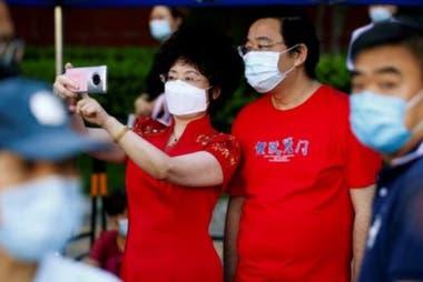 El día del examen, las familias salen a la calle a animar a los estudiantes. (Pekín, 7 de junio 2020).