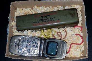 Un explosivo, una barra de trotyl, un celular sin pila no destinado a estallar, solo intimidatorio, con un cartel insultante para Vila