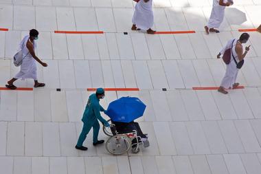 Una fotografía del Ministerio de Medios saudí muestra a los peregrinos circulando alrededor de la Kaaba