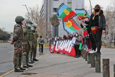 Manifestantes ondean banderas de los mapuche frente a los agentes de la policía antidisturbios durante una protesta contra el gobierno de Chile, el 28 de agosto pasado