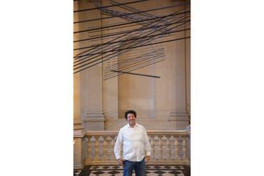 """""""LOnde du Midi (La Onda Meridional)"""" consiste en 128 tubos metálicos negros y azules colgados a través de hilos motorizados que, en su conjunto, realizan una danza muda a partir de programaciones"""