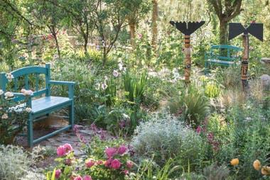 En el sector de plantas que se van asilvestrando se ven rosas, tulbagias, alteas, santolinas, que dominan con naturalidad y gracia.