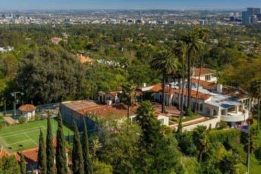 Vista aérea de la mansión dónde se ve la cancha de tenis