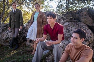 Hernández, en el centro; con los españoles Carlos Cuevas (Merlí) y Ester Expósito (Élite) y el protagonista de la serie, el actor mexicano Alejandro Speitzer