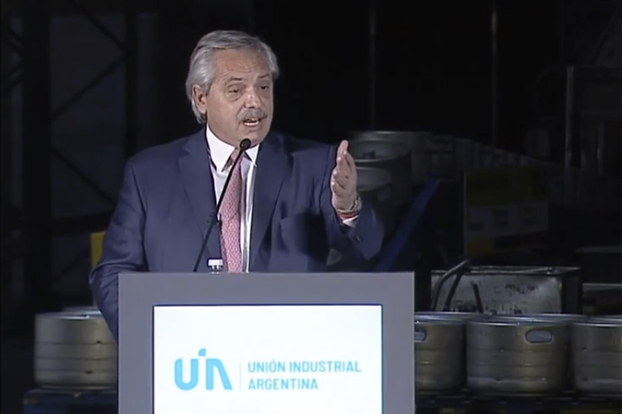 """Alberto Fernández en la UIA: """"De la pobreza no se sale con el auxilio del Estado con planes"""""""