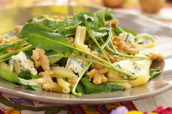 Receta de Ensalada de pasta, nueces, rúcula y queso azul