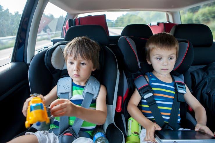 Los niños de hasta 10 años deben viajar en el asiento trasero en sus correspondientes SRI