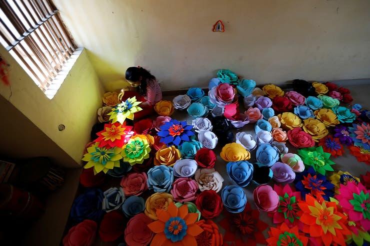 Una reclusa en Tihar Jail, el mayor complejo de prisiones del sur de Asia, prepara decoraciones para conmemorar el Día Internacional de la Mujer en Nueva Delhi