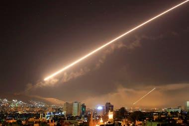 En una vista noctuna de Damasco se pueden ver los misiles norteamericanos, en la madrugada del 14 de abril