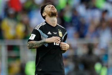Messi se lamenta tras errar un gol contra Islandia