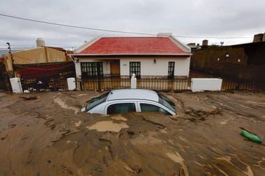 Lluvias torrenciales y aludes sin precedentes, cubrieron la ciudad de Comodoro Rivadavia de agua y barro, provocaron graves daños materiales y miles de familias fueron afectadas. Foto: Ricardo Pristupluk