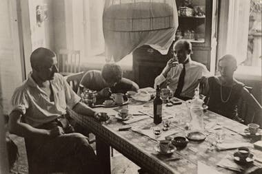 Por primera vez se exhibirá, la semana próxima en el CCK, la obra de un artista contrariado y poco convencional que miró y mostró lo cotidiano desde una perspectiva inesperada. En esta imagen, sobremesa con amigos en Moscú, verano de 1928