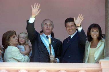 Vistos con esos anteojos, los gobiernos de Fernando De La Rúa y de Néstor Kirchner son dos caras de la moneda. Es difícil defender la gestión de la Alianza por sus resultados económicos, pero una mirada retrospectiva arroja que tenía pocas chances de éxito más allá de las personas a las que les toca
