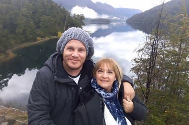 A los 8 años se enamoró de la madre de un compañerito: hoy él tiene 27, ella 50, y están juntos