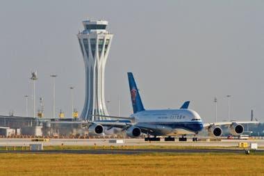 Uno de los primeros aviones en despegar de la pista del nuevo aeropuerto