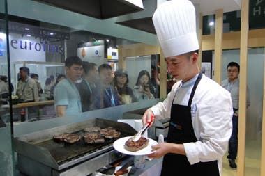 Las parrillas de carne vacuna en la China International Import Expo (CIIE) en Shanghái