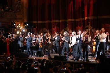 Tarea cumplida: los cantantes y los integrantes de la Orquesta Hypnofón reciben los aplausos del público