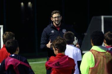 Ben Lampert, entrenador del equipo de fútbol para sordos, de Brentford FC Community Sports Trust, durante una sesión de entrenamiento con niños en el oeste de Londres
