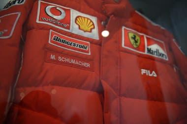 Gómez adquirió la campera oficial que usaba Michael Schumacher en una subasta que Sothebys hizo en la fábrica de Ferrari. Pagó 80 mil euros