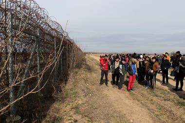 Guardias fronterizos griegos patrullan mientras los inmigrantes esperan en la frontera entre Turquía y Grecia