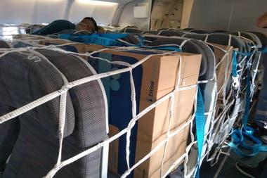 Por ser un avión de pasajeros, la carga se llevará en la bodega y también entre los asientos