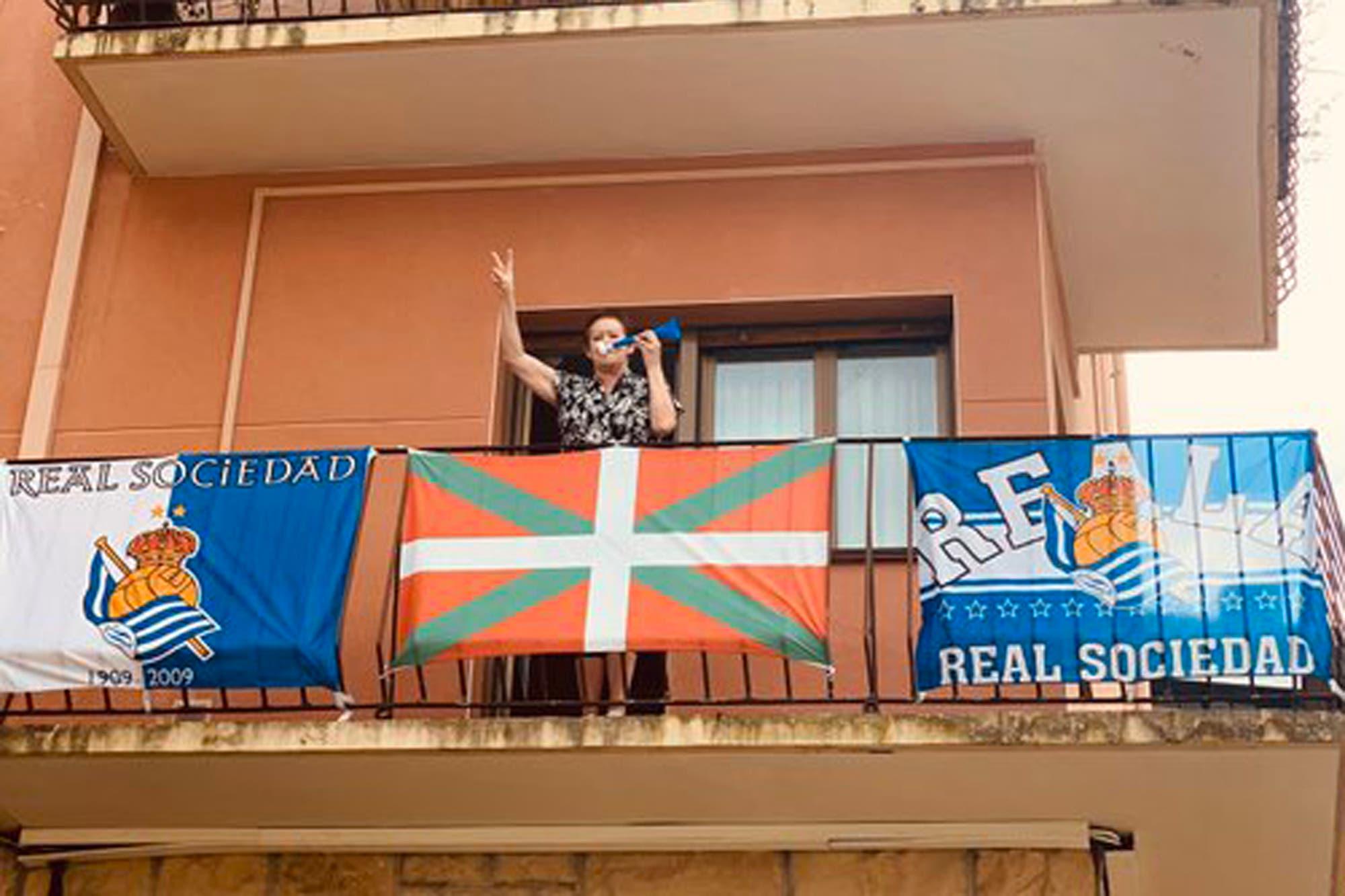Coronavirus. A falta de fútbol, la final de la Copa del Rey se jugó desde los balcones en el País Vasco