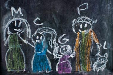 La cuarentena se convirtió, para Alejandra y Miguel Angel, en una gran oportunidad para afianzar los lazos con sus hijas por adopción. En la imagen, un retrato familiar dibujado por la mayor de ellas