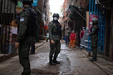 Efectivos de la Gendarmería, caminan las calles del barrio