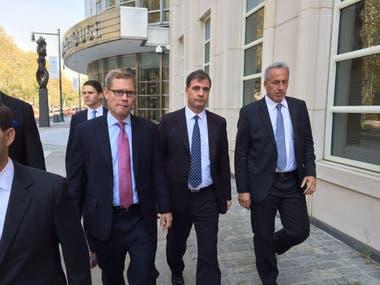 Alejandro Burzaco, ex CEO de Torneos (en el medio), tuvo tobillera electrónica durante tres meses y vigilancia del FBI en su departamento de Manhattan. Está libre, aunque a disposición de la Justicia de Estados Unidos, y no puede salir del país.