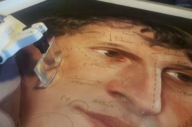 Detalle de un retrato de Belgrano en el que trabaja el diseñador Ramiro Ghigliazza
