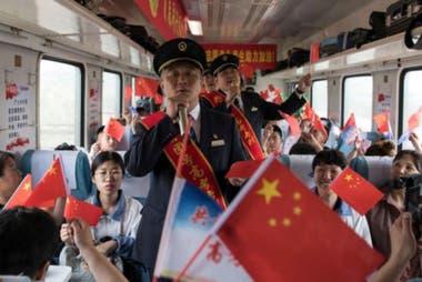 En algunos lugares se dispone un transporte exclusivo para los estudianes que tomarán el examen. (Dayangshu, China, 2019).