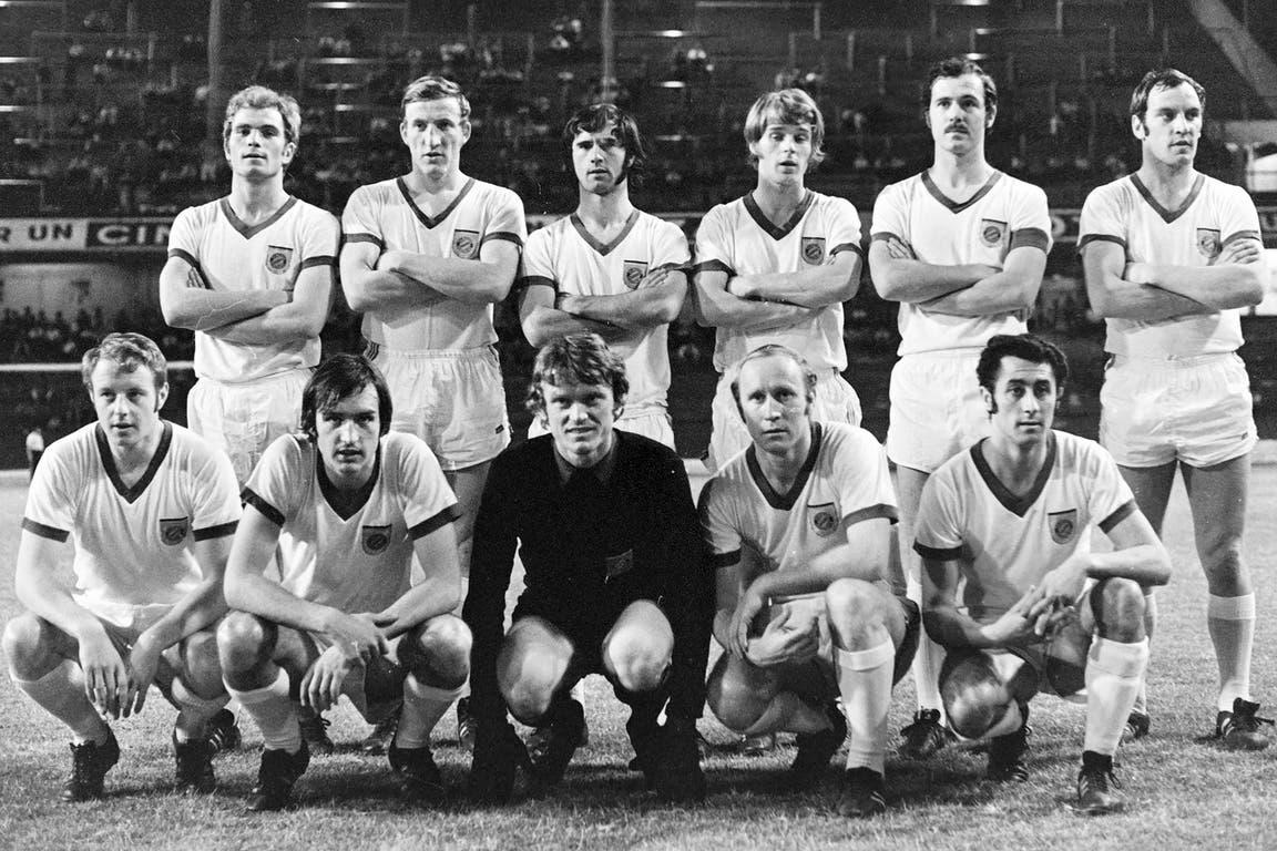 Gerd Müller (30 de diciembre de 1970): el Bombardero fue goleador en México 70, con 10 tantos, y el mejor de Europa ese mismo año; la poderosa formación de Bayern ante la Argentina: arriba, Brenninger, Schwarzenbeck, Müller, Zobel, Beckenbauer y Roth; abajo, Hansen, Mrosko, Maier, Höness y Koppenhöf