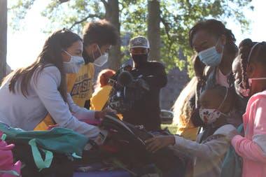 En el Bronx, Ocasio-Cortez entregó mochilas para la vuelta a clases