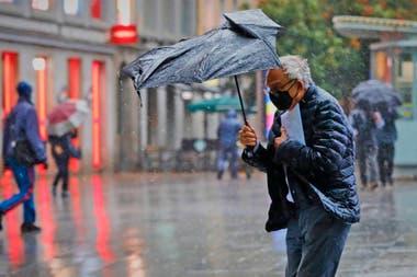 Entre la pandemia y la lluvia hay poca gente caminando por la calle en Madrid hoy