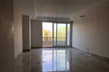 El living del departamento del tercer piso del Chateau Puerto Madero. Tiene una habitación, cocina, dos baños, dos balcones y un living.