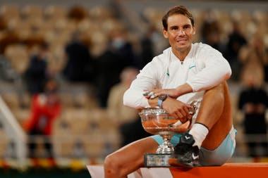 Rafael Nadal y la Copa de los Mosqueteros de Roland Garros, un romance que se inició en 2005 y que sigue con el fuego muy encendido.