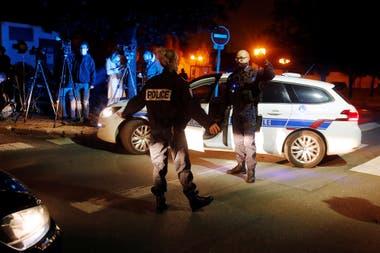 La policía en los suburbios de Paris dónde sucedió el hecho