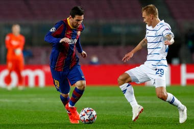Messi intenta una gambeta frente a Buyaiskiy