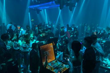 En esta imagen tomada el 21 de enero de 2021, la gente visita un club nocturno en Wuhan, provincia central de Hubei en China
