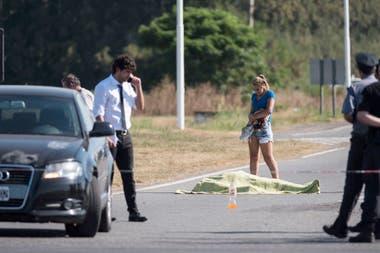 Brisa Amaral, junto al cuerpo de su novio, Jonathan Funes, asesinado el 5 de febrero último